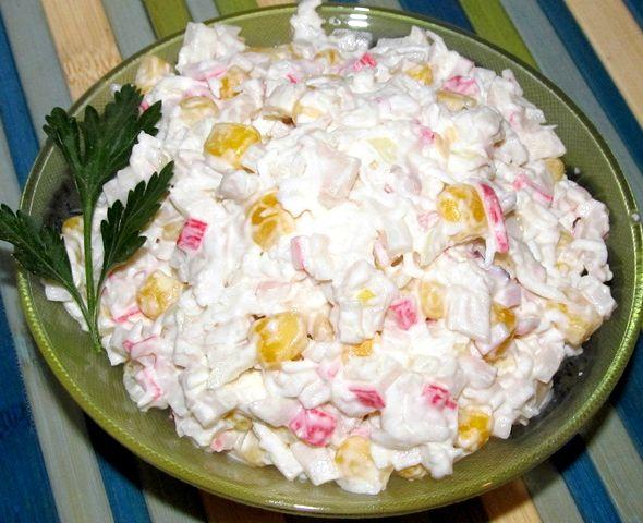 салат с кукурузой и крабовыми палочками и кальмарами рецепт с фото