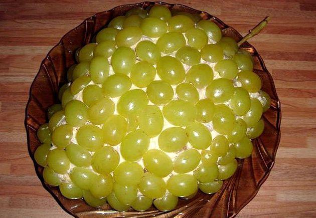 Салат с виноградом курицей и сыром слоями с