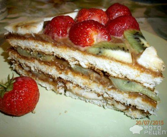 Торт из готовых коржей со сгущенкой и фруктами рецепт с фото