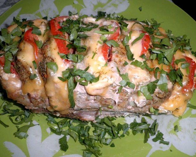 Запечённое мясо в духовке с помидорами и сыром рецепт с фото