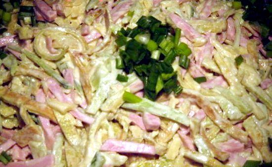 Блинный салат с копченой колбасой рецепт с фото