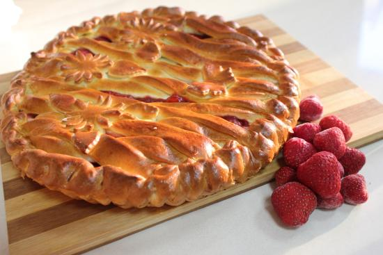 Пирог дрожжевой с клубникой