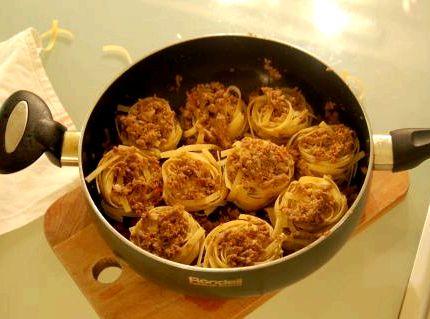 Гнезда из макарон с фаршем на сковороде рецепт