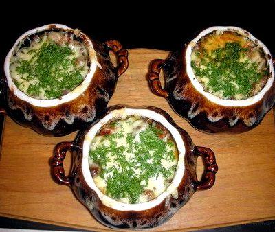 Горшочки с мясом и картофелем и грибами в духовке рецепт с фото