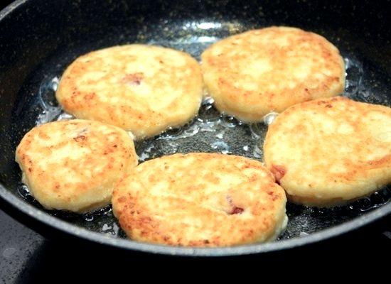 Как готовить сырники из творога простой рецепт на сковороде