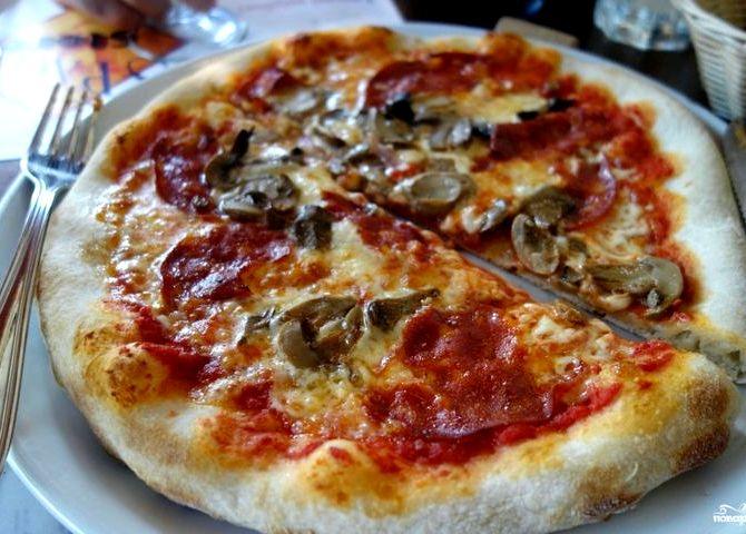 Пицца рецепт с колбасой и грибами и помидорами