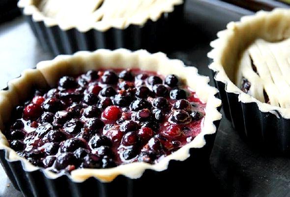 Пирог с замороженной чёрной смородиной рецепт с фото