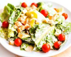 Салат цезарь с курицей классический простой рецепт с